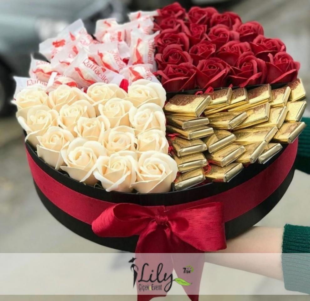 kutuda kırmızı beyaz güller ve özel çikolatalar
