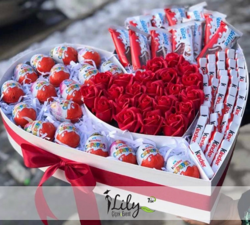 büyük kalp kutuda kinder çikolatalar ve güller