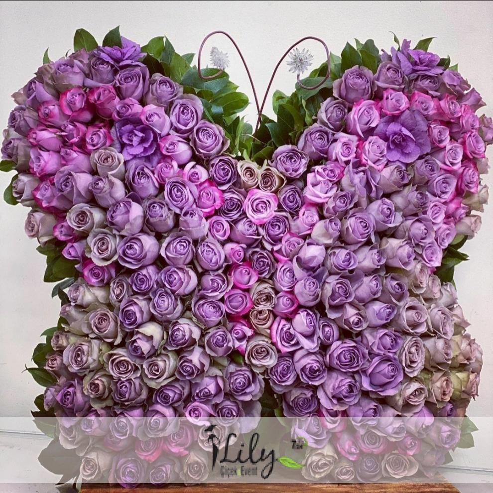 mor güllerden dev kelebek