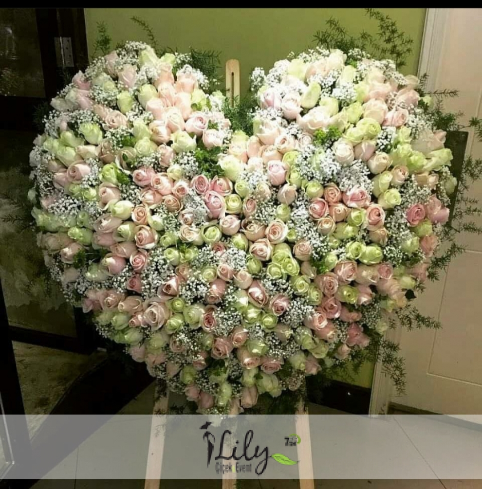 pembe beyaz güllerden vip kalp ferforje