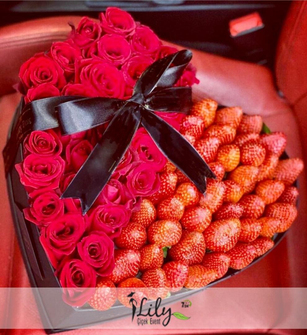 büyük kalp kutuda güller ve çilekler