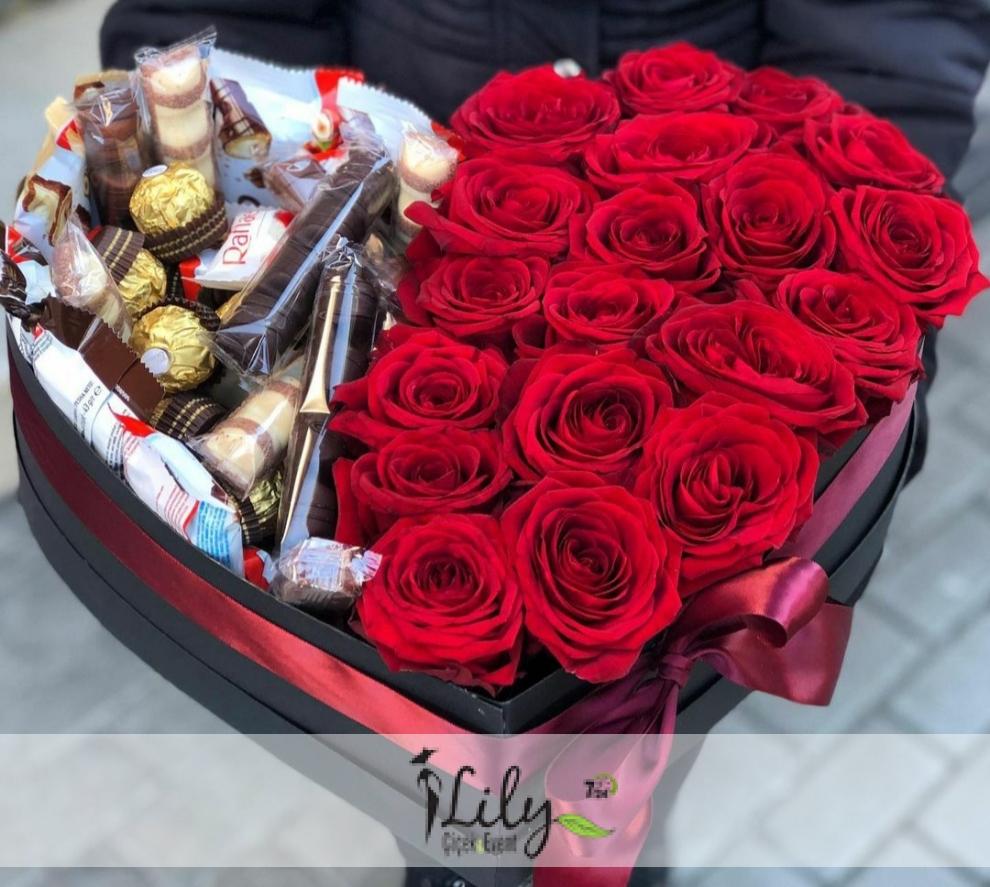 kalp kutuda güller ve özel çikolatalar