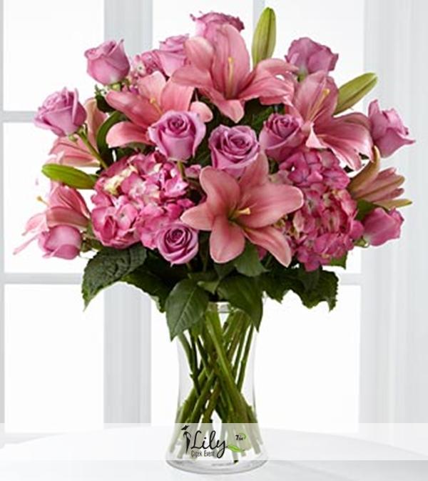 vazoda pembe lilyum ve güller