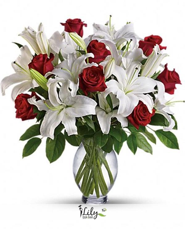 vazoda kırmızı güller ve lilyumlar