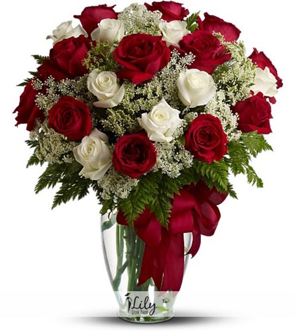 vazoda 21 adet kırmızı beyaz güller