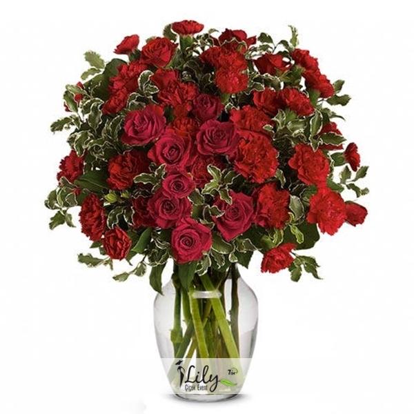 karanfiller ve kırmızı güller vazoda