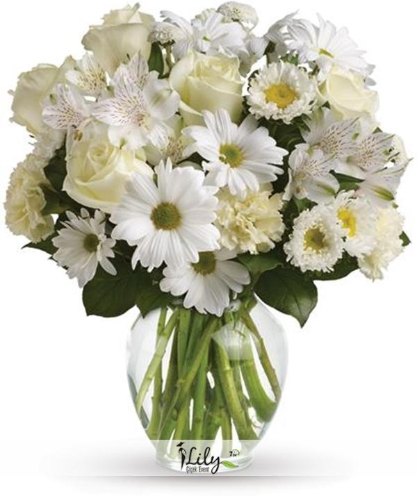 vazoda beyaz kır çiçekleri