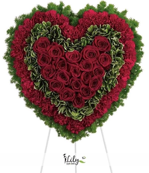 karanfil ve güllerden kalp çelenk