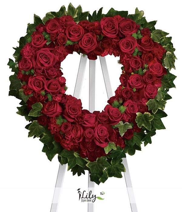 kırmızı güllerden kalp çelenk