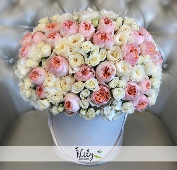 kutuda pembe beyaz güller