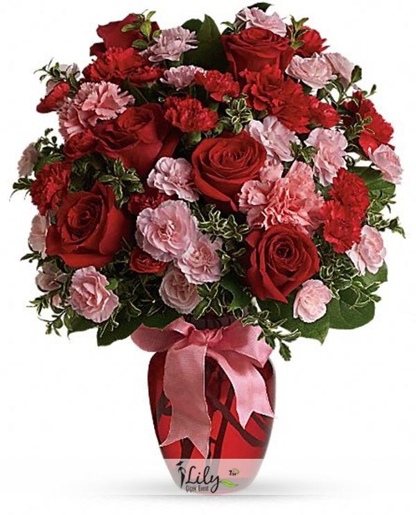 kırmızı güller ve karanfiller