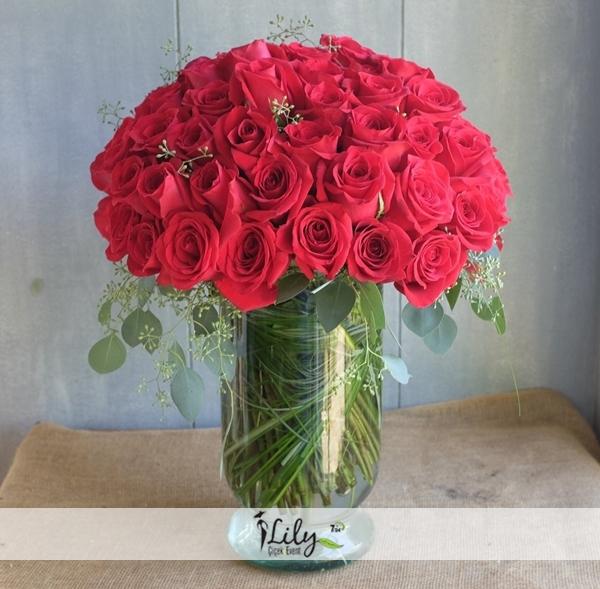 Vazoda 51 adet kırmızı güller
