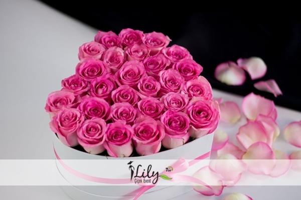 kalp kutuda fuşya güller