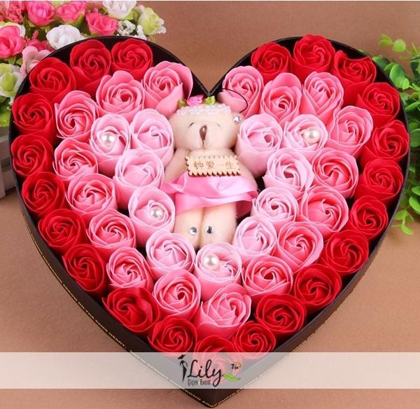 kalp kutuda pembe kırmızı güller
