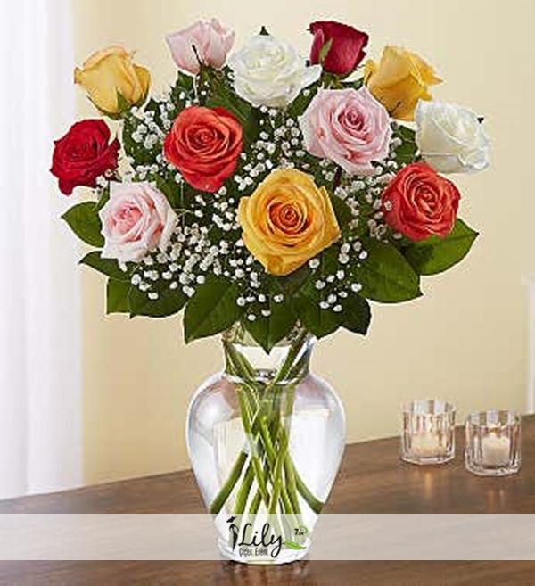 vazoda 12 adet renkli güller
