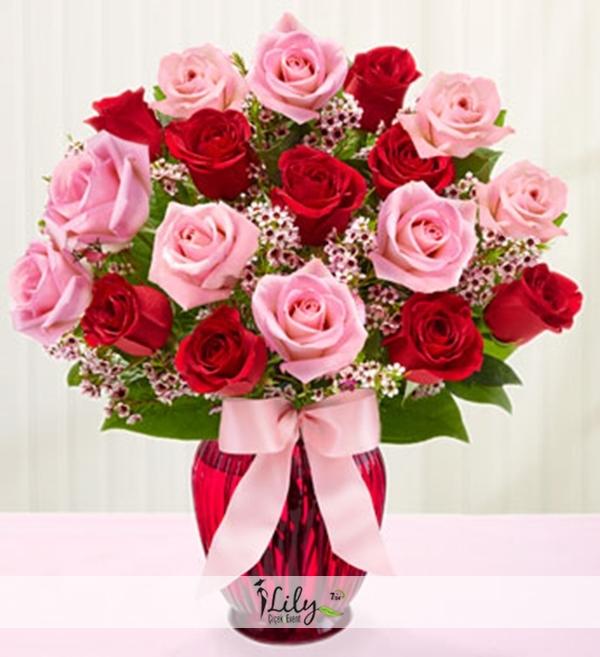 vazoda pembe ve kırmızı güller