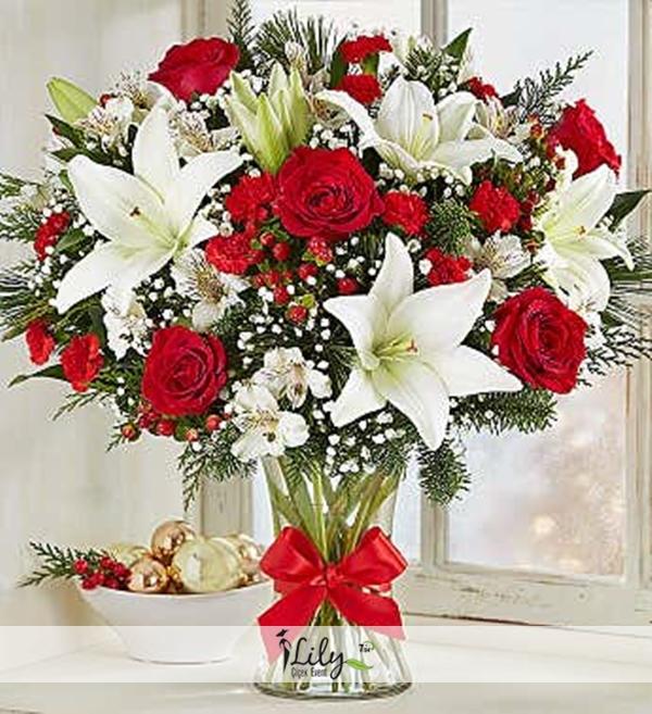 vazoda lilyum ve kırmızı güller