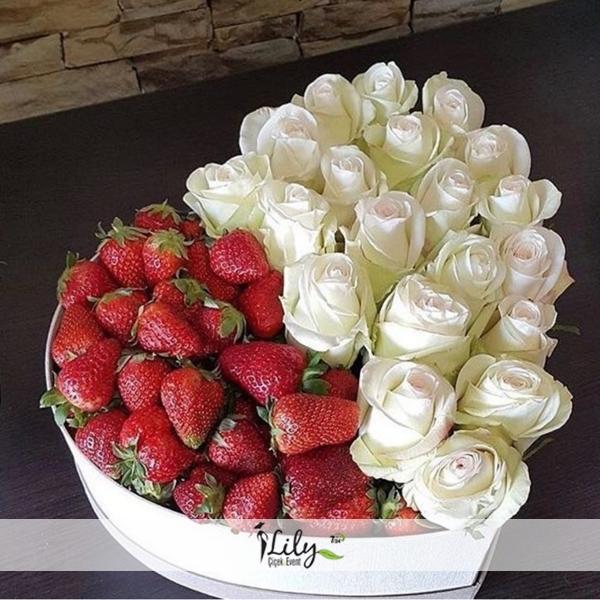 beyaz güller ve çilekler