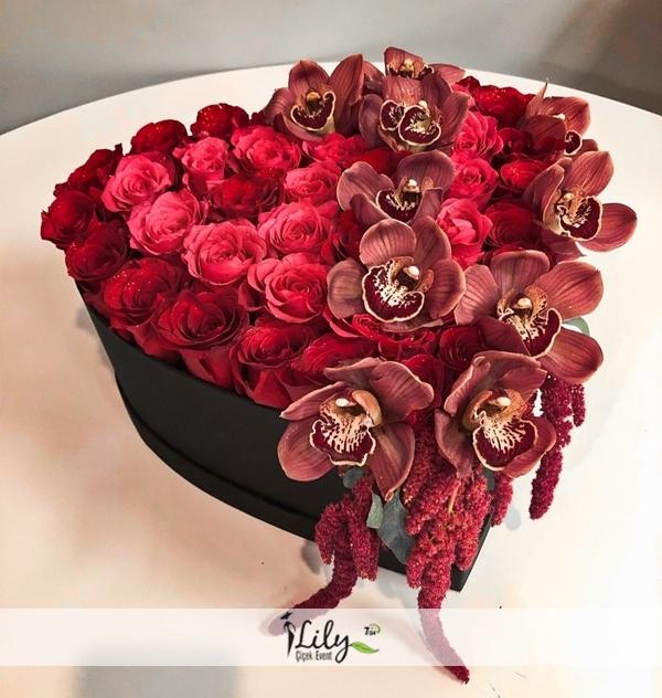 Kalp kutuda orkide ve güller