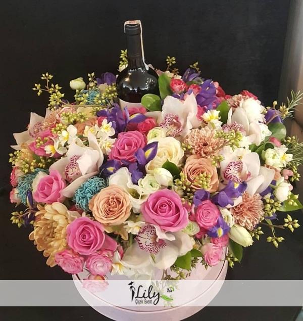kutuda renkli güller ve şarap