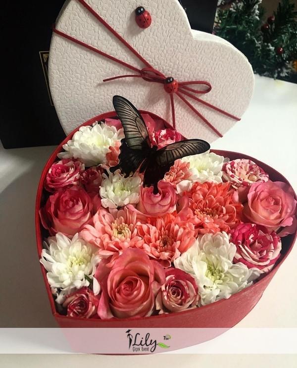 kutuda renkli papatyalar ve güller