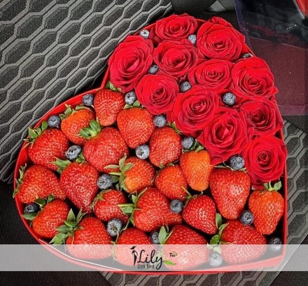 kalpte kırmızı güller ve çilekler