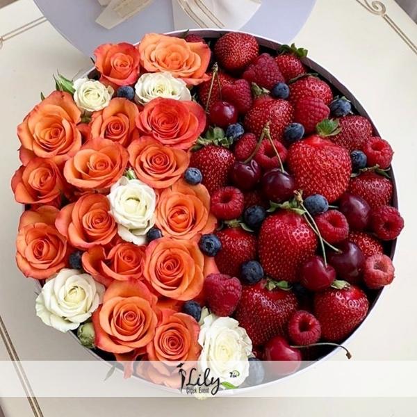 kutuda güller ve karışık meyveler