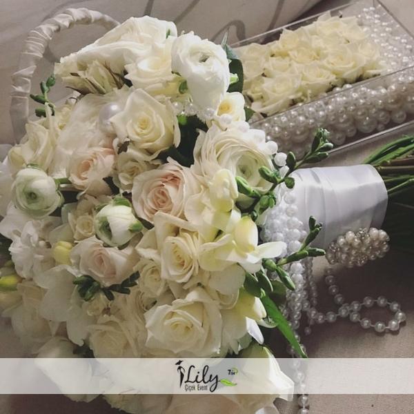 pembe ve beyaz güllerden gelin buketi