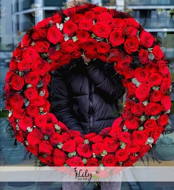 kırmızı güllerden çelenk