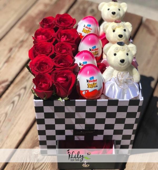 kırmızı güller sürpriz yumurtalar ve şirin ayıcıklar