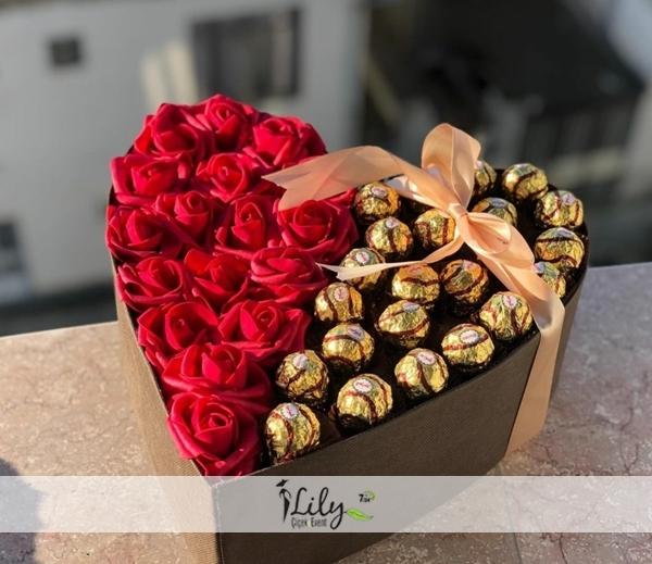 kalpte kırmızı güller ve çikolatalar