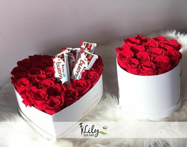 kalp ve yuvarlak kutuda güller