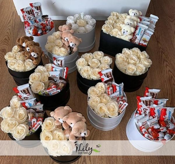 12 kutuda beyaz güller ayıcıklar ve çikolatalar