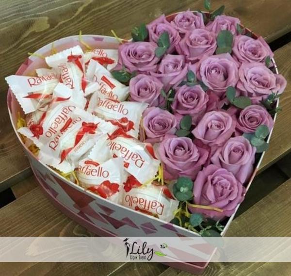 mor güller ve çikolatalar