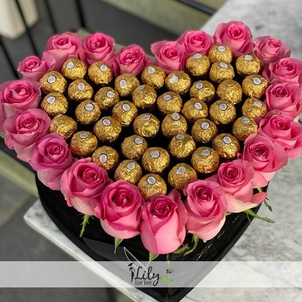 kalp kutuda pembe güller ve çikolatalar