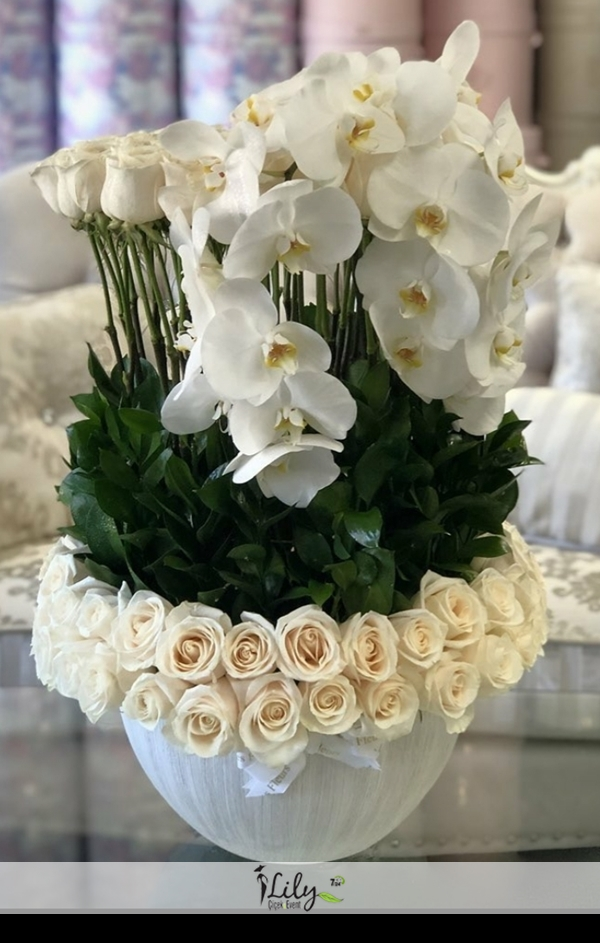 özel tasarım beyaz güller ve orkideler