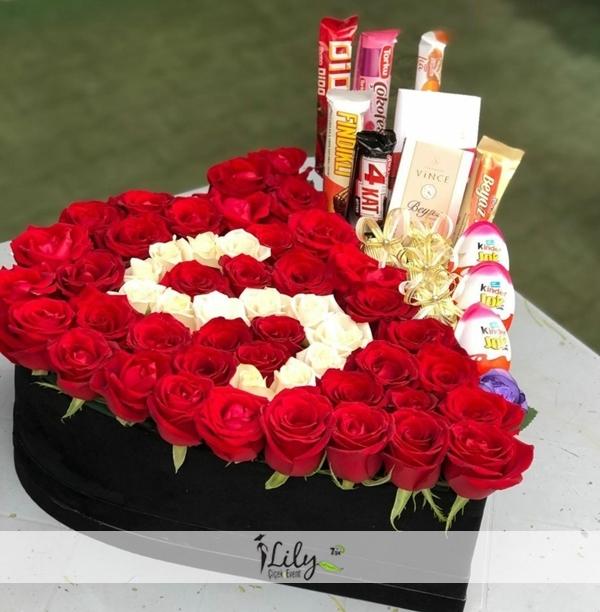 kalp kutuda özel gül tasarımı ve çikolatalar