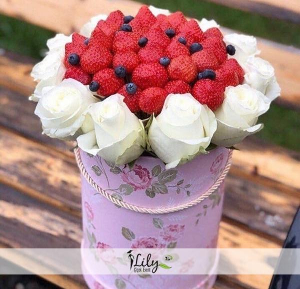 kutuda beyaz güller ve çilekler