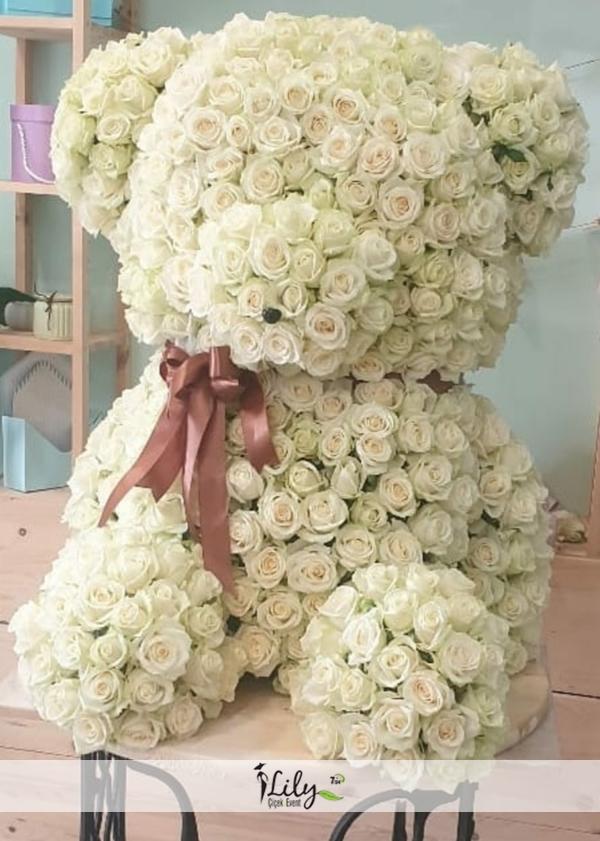 beyaz güllerden şirin ayıcık