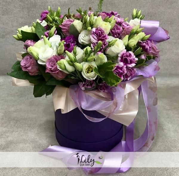 kutuda mor beyaz mevsim çiçekleri