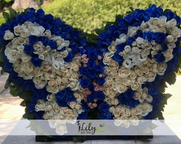 vip mavi beyaz güllerden kelebek