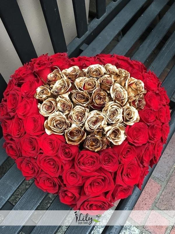Altın rengi ve kırmızı güllerin VIP uyumu