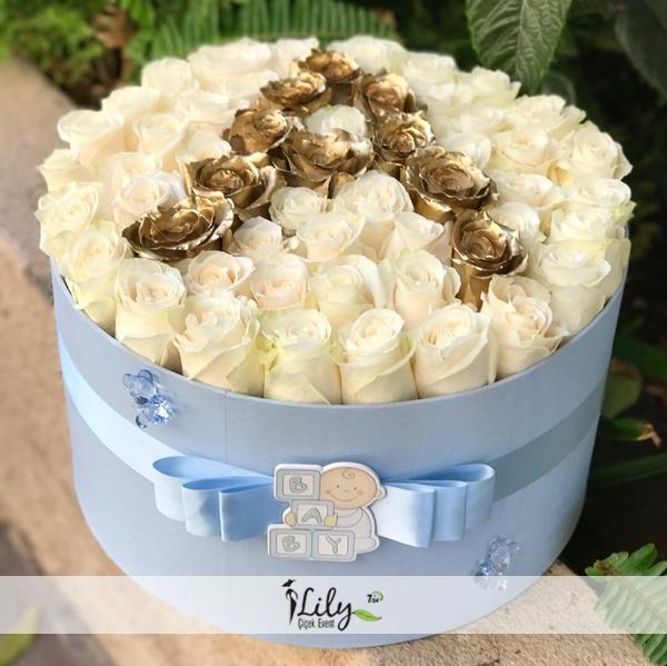 kutuda 41 adet beyaz ve gold güller