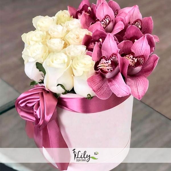 kutuda beyaz güller ve orkideler