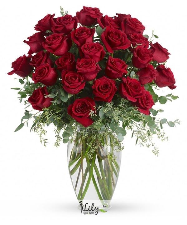 Vazoda kırmızı ithal güller