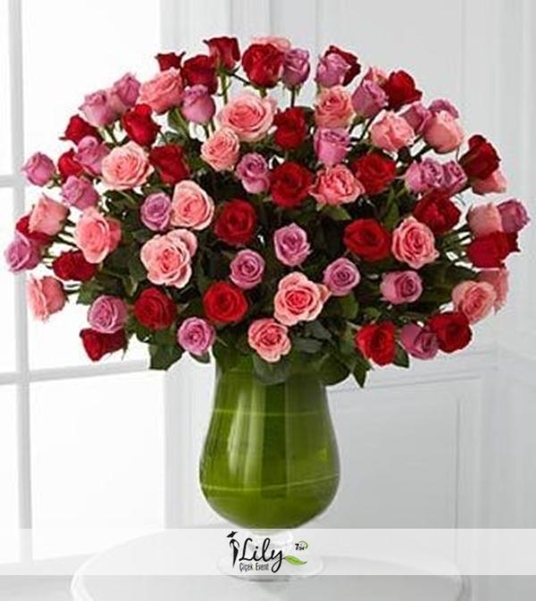 kadehte kırmızı ve pembe güller