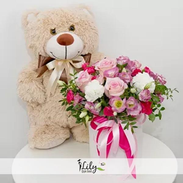 kutuda pembe mevsim çiçekleri ve şirin ayıcık