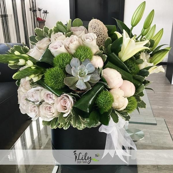 kutuda özel güller ve lilyumlar