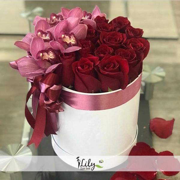 kutuda kırmızı gül ve orkideler