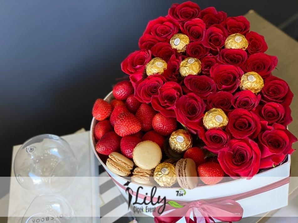 kalp kutuda güller çikolata makaron ve çilekler
